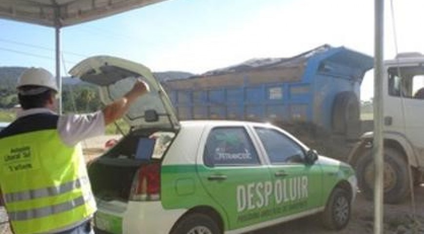 Autopista mede gases poluentes liberados por caminhões da obra