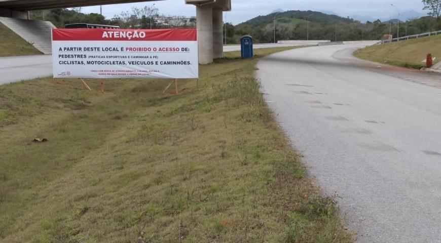 ALERTA: É PROIBIDO TRAFEGAR SEM AUTORIZAÇÃO NAS PISTAS EM CONSTRUÇÃO DO CONTORNO DE FLORIANÓPOLIS